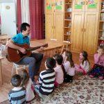 Zenés-mesés játékmester